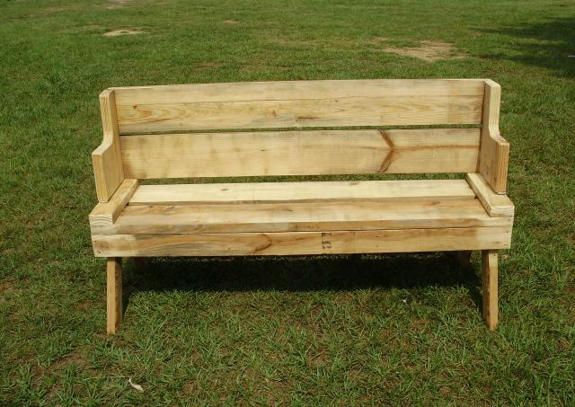 Bench made from pallets - Happy Acres Farm